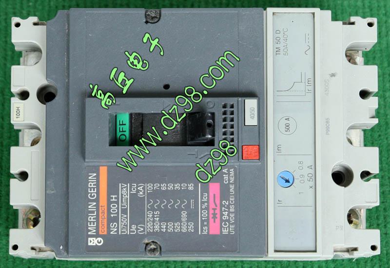 正品PZ30终端组合电器,国家电力局批量定制的单相电源进控制户箱,全新库存品,没有外包装,整体外观约9成新,内部电器件和新的一样,PZ30标准8回路明装配电箱当外壳,有两个厂牌:迦南电子申华电器,外形尺寸:高200毫米,宽185毫米,厚93毫米,重量约1180克。内部装配:星火XING FU HYI22-63 63A 230V/400V闸刀开关1只、德力西DELIXI DZ47LE C40 40A 漏电保护开关1只、德力西DELIXI DZ47 C32 32A 1P断路开关2只。